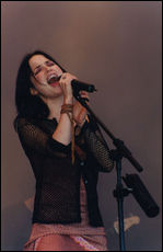 Andrea Corr - © Andrea Corr performing at Glastonbury, 1999 (Photo: Charlie Brewer / www.flickr.com)